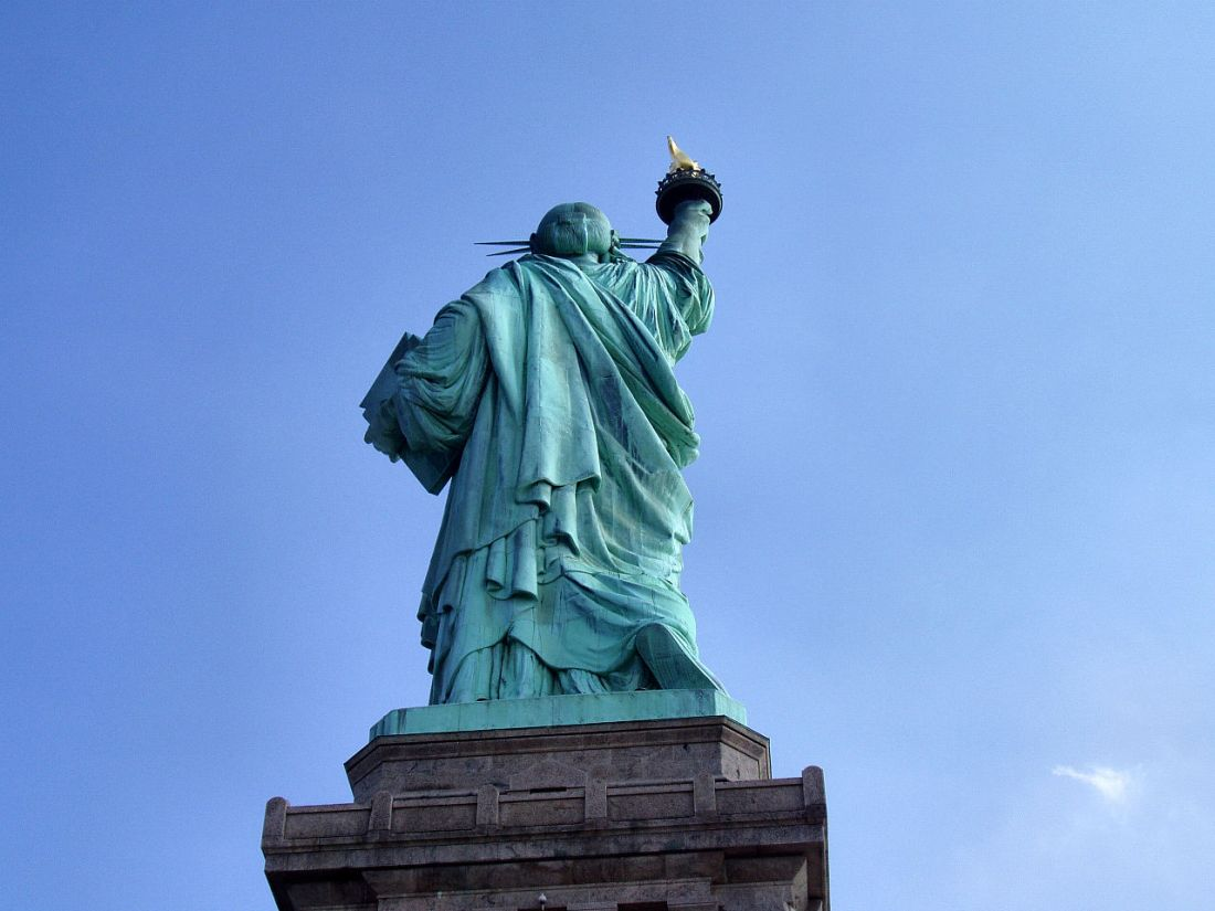1280px-Liberty-statue-from-behind